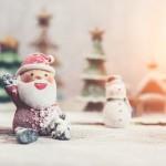 heureux-pere-noel-avec-bonhomme-de-neige-fond_23-2147580231